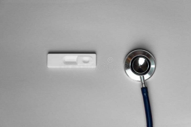 Estetoscópio do metal e almofada branca da criança do teste para o diagnóstico clínico da saúde médica no fundo cinzento foto de stock royalty free
