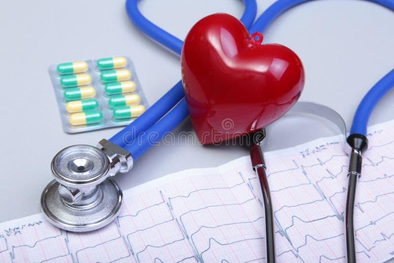 Estetoscópio e coração vermelho, no fundo branco imagem de stock