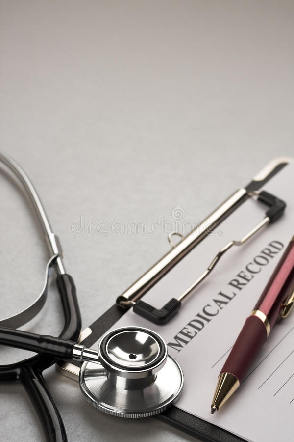 Estetoscópio e informe médico fotos de stock