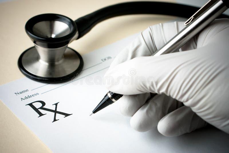 Estetoscópio e papel da prescrição foto de stock
