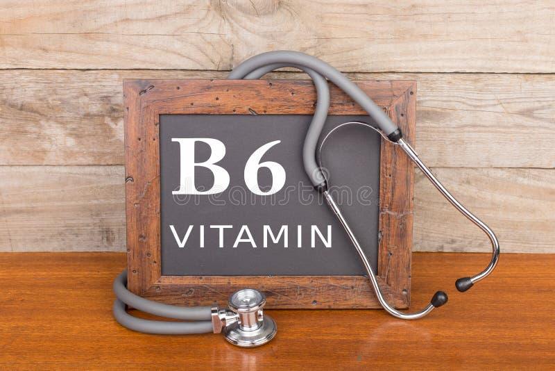 estetoscópio e quadro-negro com texto & x22; Vitamina B6& x22; no fundo de madeira fotografia de stock