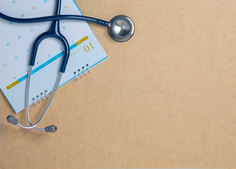 Estetoscópio e um calendário Medique a nomeação do ` s e preste-a serviços de manutenção no hospital imagens de stock