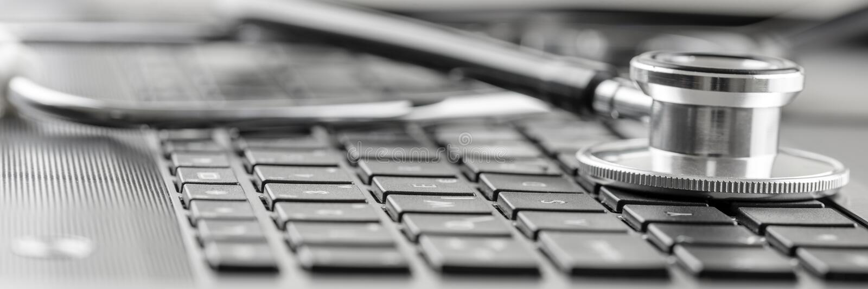Estetoscópio em um teclado de computador imagem de stock royalty free