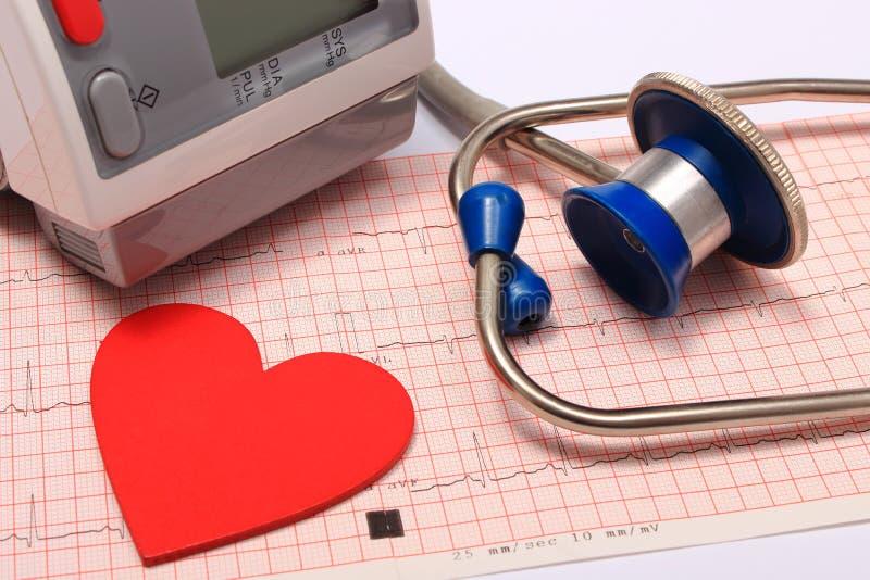 Estetoscópio, forma do coração, monitor da pressão sanguínea no eletrocardiograma imagens de stock