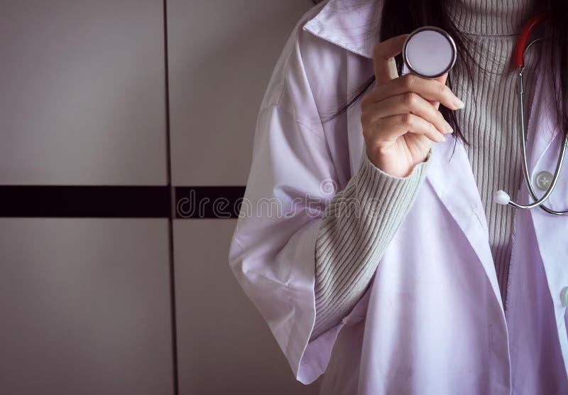 Estetoscópio médico à disposição, doutor que guarda o dispositivo do exame para o pulso imagem de stock royalty free