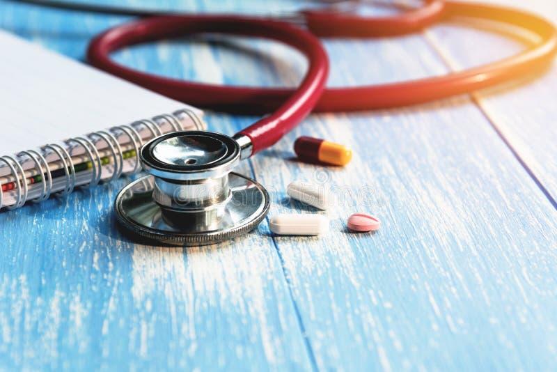 Estetoscópio médico com os comprimidos e o capsu farmacêuticos da medicina imagens de stock royalty free