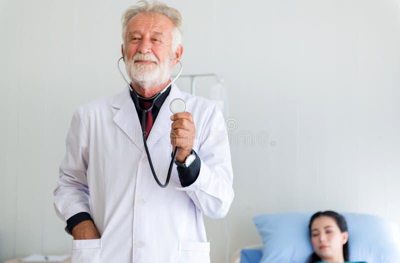 Estetoscópio mostrando masculino do doutor superior para a frequência cardíaca de escuta no hospital, mãos do foco seletivo fotos de stock royalty free
