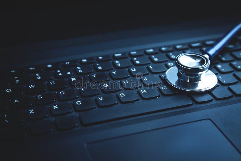 Estetoscópio no teclado do portátil Conceito do ne médico da tecnologia fotografia de stock
