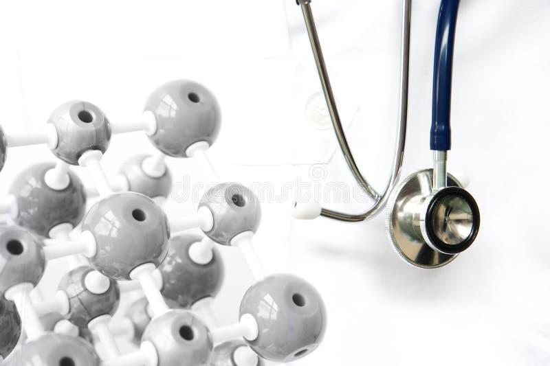 Estetoscópio para o diagnóstico médico da saúde do doutor com sc químico fotos de stock royalty free