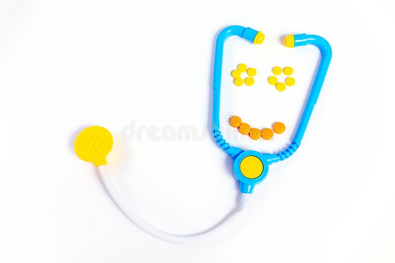 Estetosc?pio azul isolado no fundo branco Conceito da medicina Os brinquedos das crianças pelo doutor da profissão Sorrisos do es imagens de stock