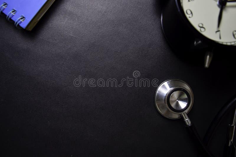 Estetoscopio aislado en fondo negro Atenci?n sanitaria/concepto m?dico imagenes de archivo