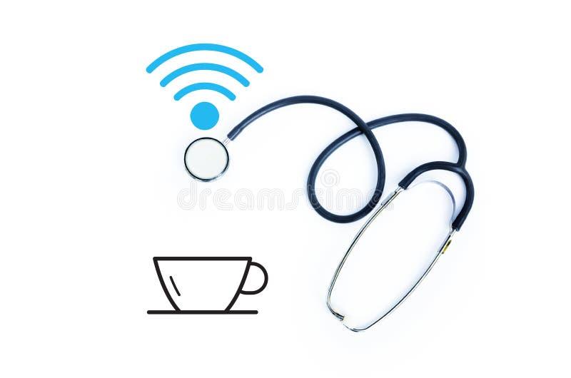 Estetoscopio con el icono de la taza del wifi y de café en el fondo blanco imágenes de archivo libres de regalías