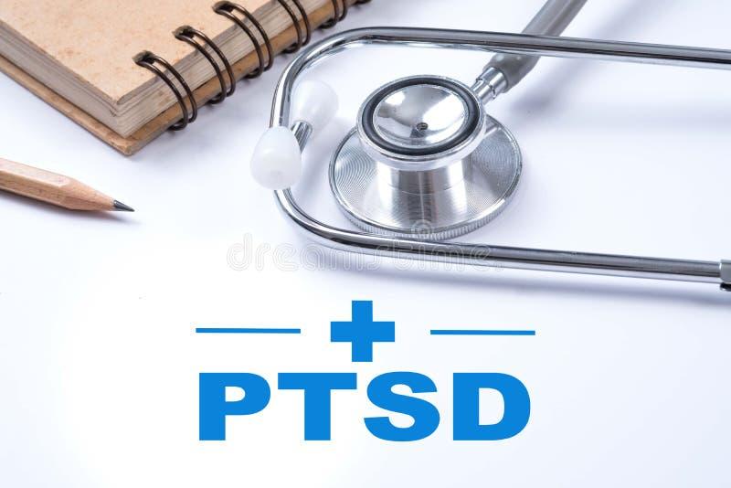 Estetoscopio, cuaderno y lápiz con PTSD - fije el stre traumático foto de archivo