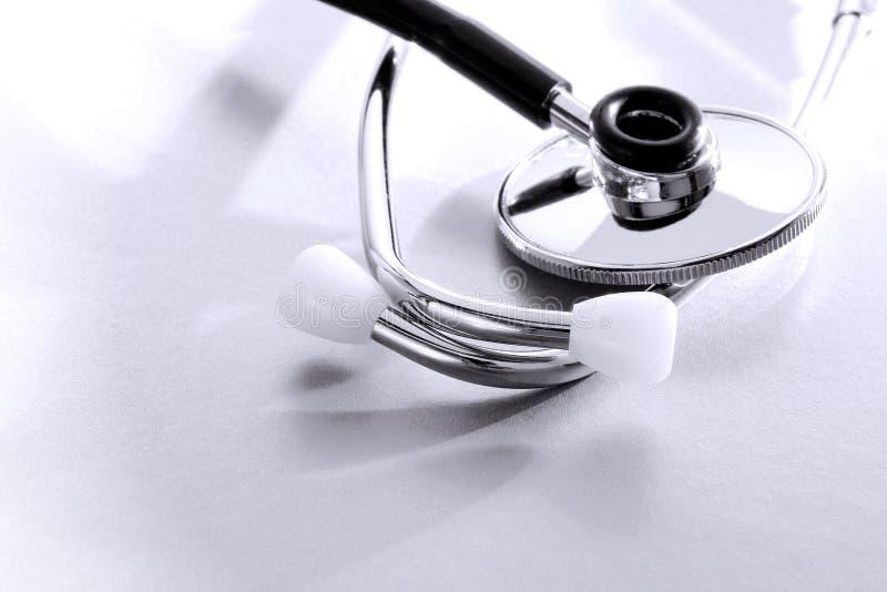 Estetoscopio de la herramienta de la examinación del médico corazón foto de archivo