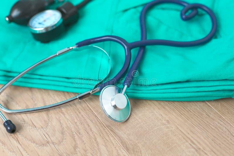 Estetoscopio de los aparatos médicos, tonometer en el uniforme médico fotografía de archivo libre de regalías