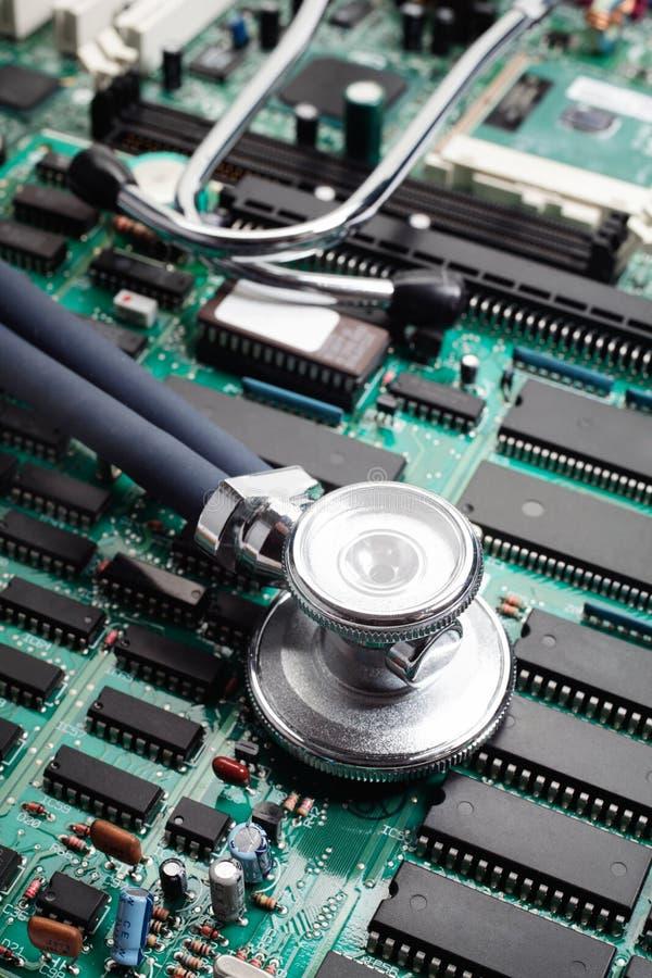 Estetoscopio en placa de circuito fotografía de archivo