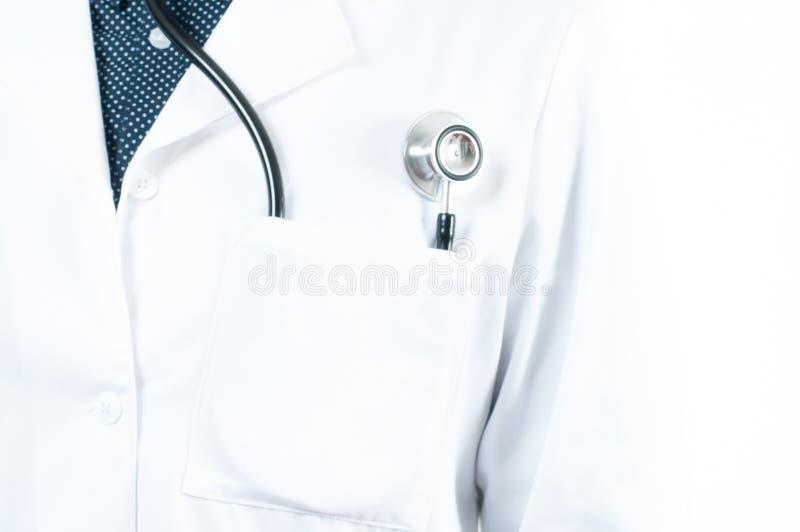 Estetoscopio en un bolsillo de una capa blanca del laboratorio del ` s del doctor foto de archivo libre de regalías