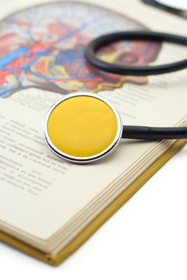 Estetoscopio en un libro médico foto de archivo