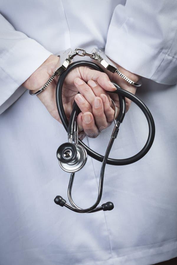 Estetoscopio femenino de In Handcuffs Holding del doctor o de la enfermera imágenes de archivo libres de regalías