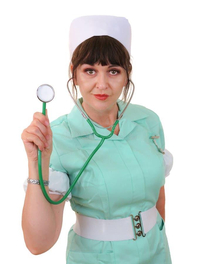 Estetoscopio femenino de la tenencia de la enfermera con un fondo blanco foto de archivo libre de regalías