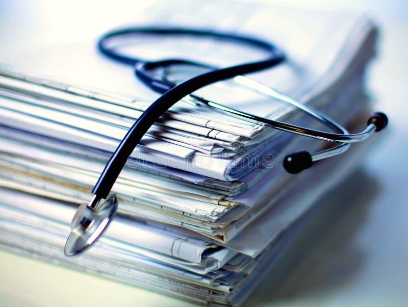 Estetoscopio médico en la pila de papel fotografía de archivo libre de regalías