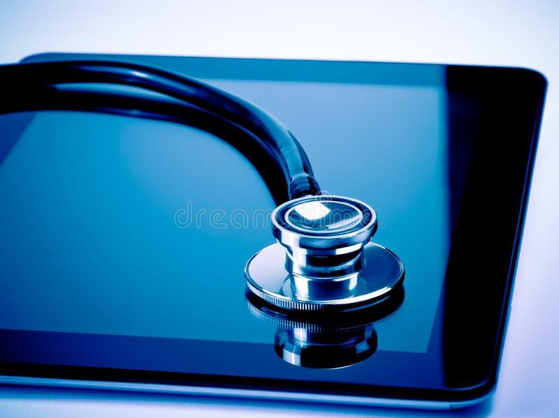 Estetoscopio médico en la tableta digital moderna en laboratorio foto de archivo libre de regalías