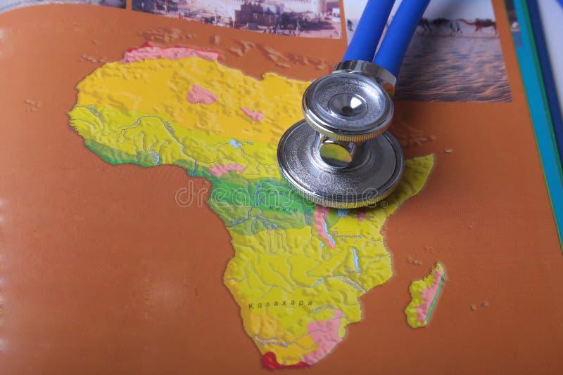 Estetoscopio médico en un mapa, en el escritorio imagen de archivo