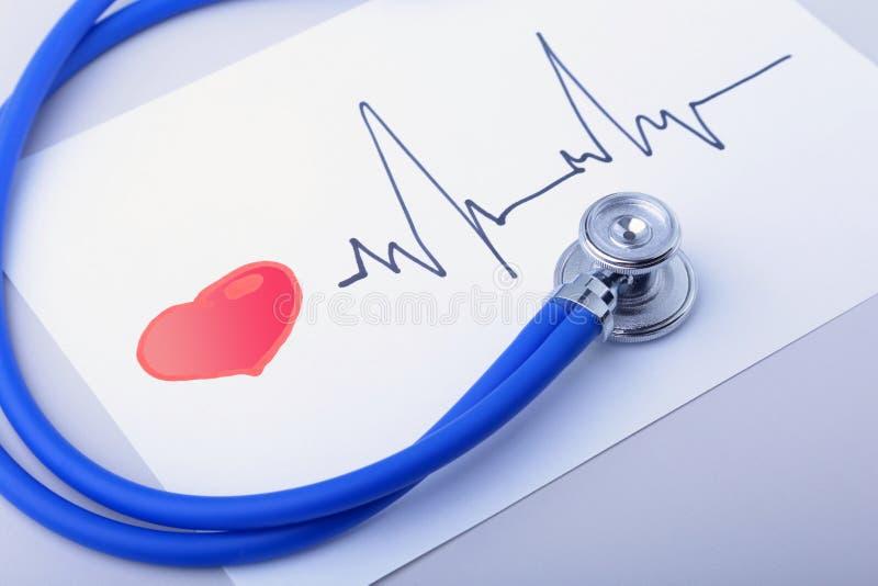 Estetoscopio médico y corazón rojo con el cardiograma aislado en blanco Concepto médico de la atención sanitaria imágenes de archivo libres de regalías