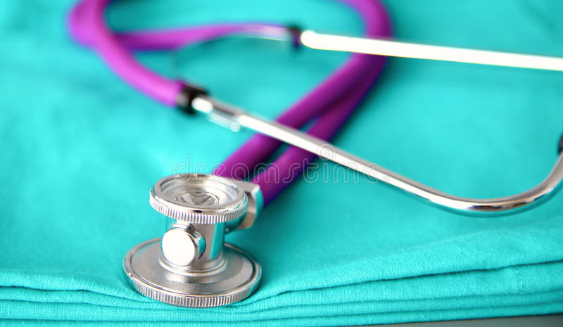 Estetoscopio que forma el corazón y el tablero en el uniforme médico, primer fotos de archivo