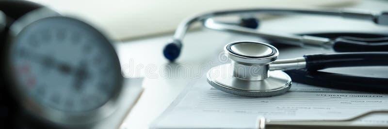 Estetoscopio que miente en la tabla de funcionamiento del terapeuta en clínica imágenes de archivo libres de regalías