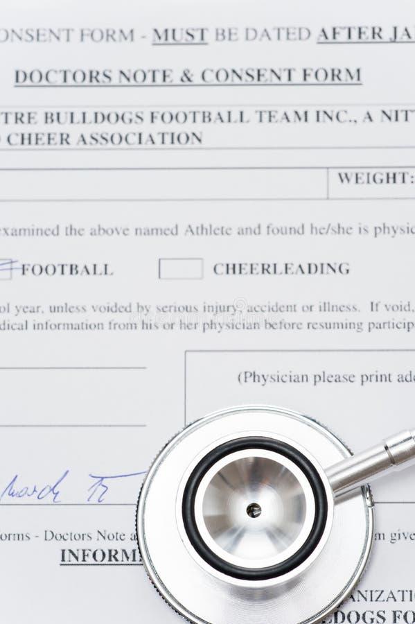Estetoscopio que pone en carta médica foto de archivo