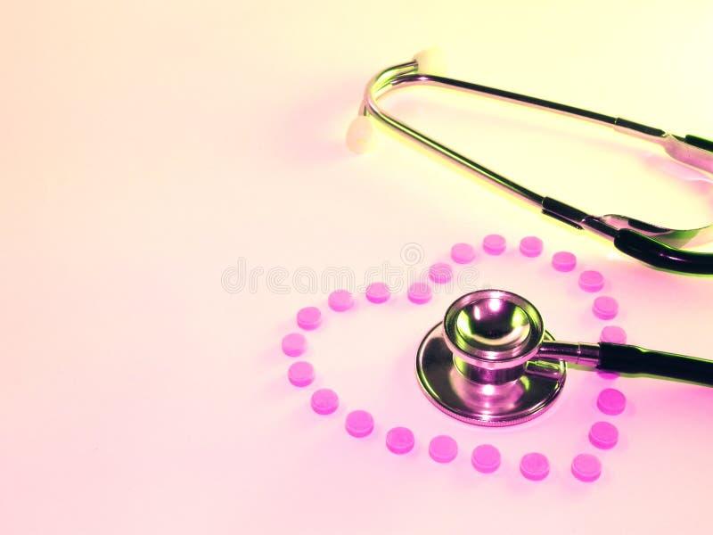 Estetoscopio y corazón de píldoras imágenes de archivo libres de regalías