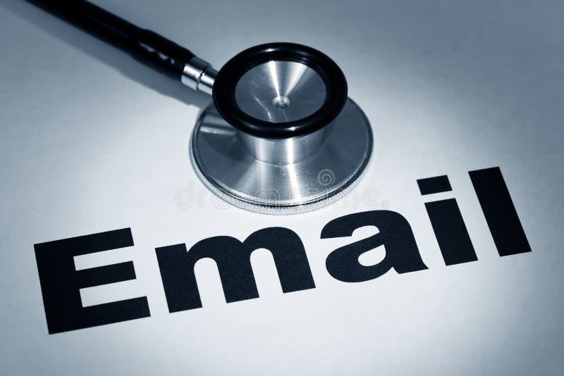 Estetoscopio y email imagen de archivo libre de regalías