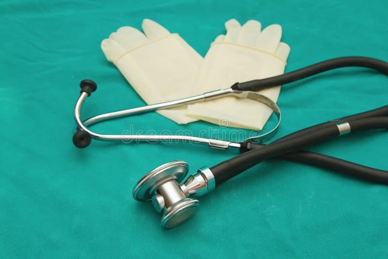 Estetoscopio y guantes imagen de archivo