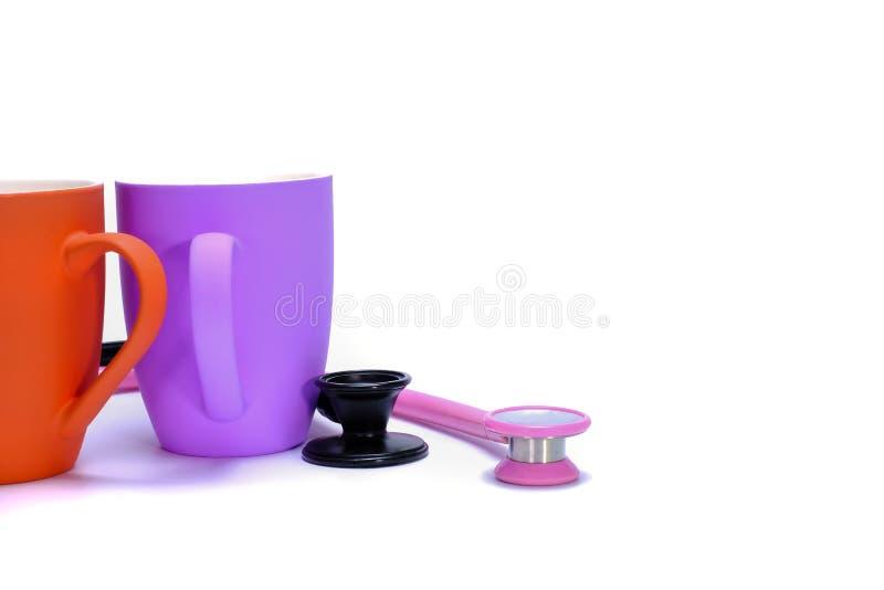 estetoscopios y tazas de café fotos de archivo