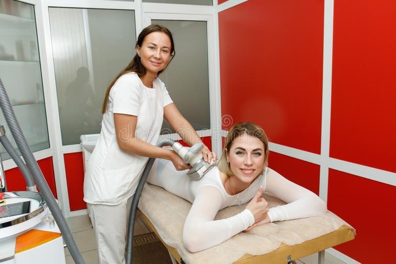 Esthéticien appliquant la procédure de lpg Anti massage de cellulites dans la clinique de cosmétologie photo stock