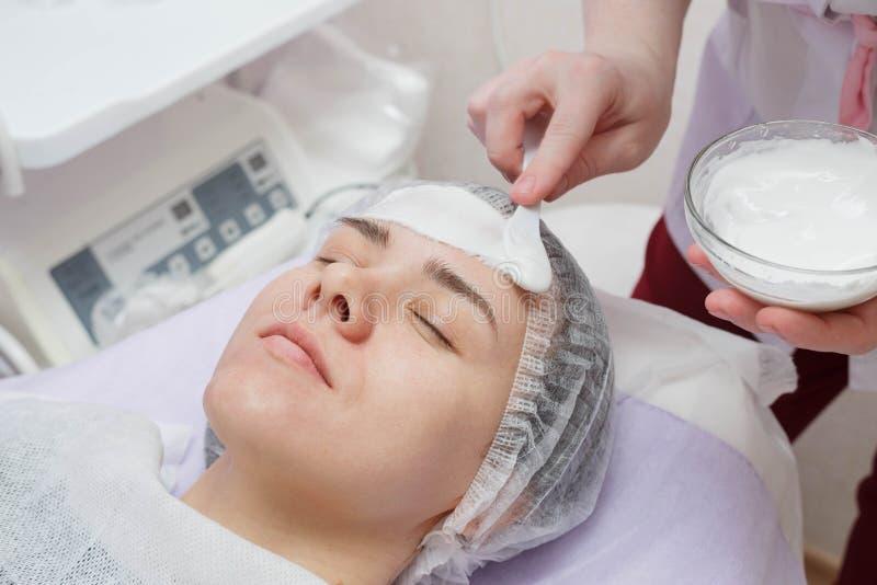 Esthéticien Nanost hydratant le masque après le nettoyage ultrasonique de la peau photographie stock