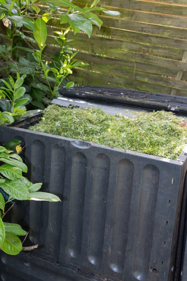 Estiércol vegetal plástico gris en jardín imagen de archivo