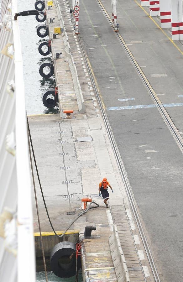 Estibador en el trabajo en la vertical del puerto de Barcelona imagenes de archivo
