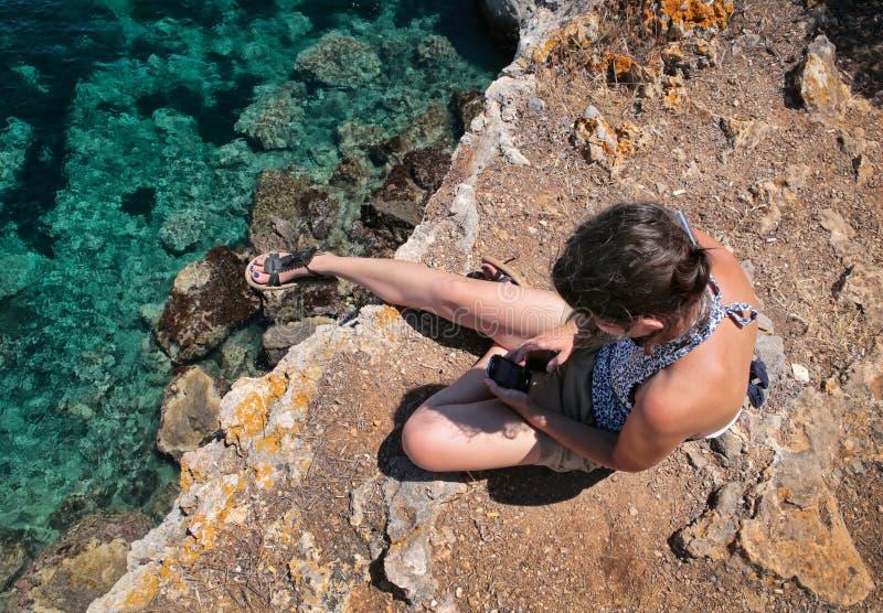Esticão de flutuação da menina na praia fotografia de stock royalty free