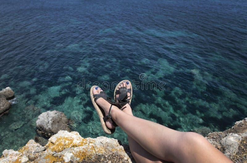 Esticão de flutuação da menina na praia fotos de stock royalty free