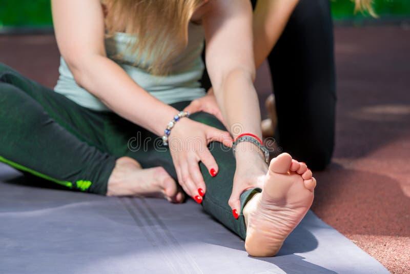 Esticando exercícios, close-up do pé no quadro imagens de stock royalty free