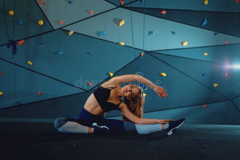 Esticando a menina da ginasta que faz a separa??o vertical, guita foto de stock
