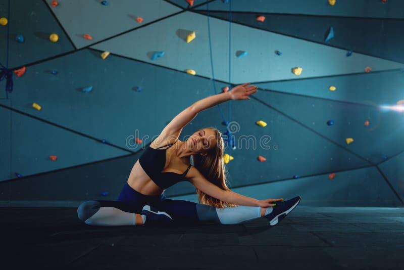 Esticando a menina da ginasta que faz a separa??o vertical, guita imagem de stock