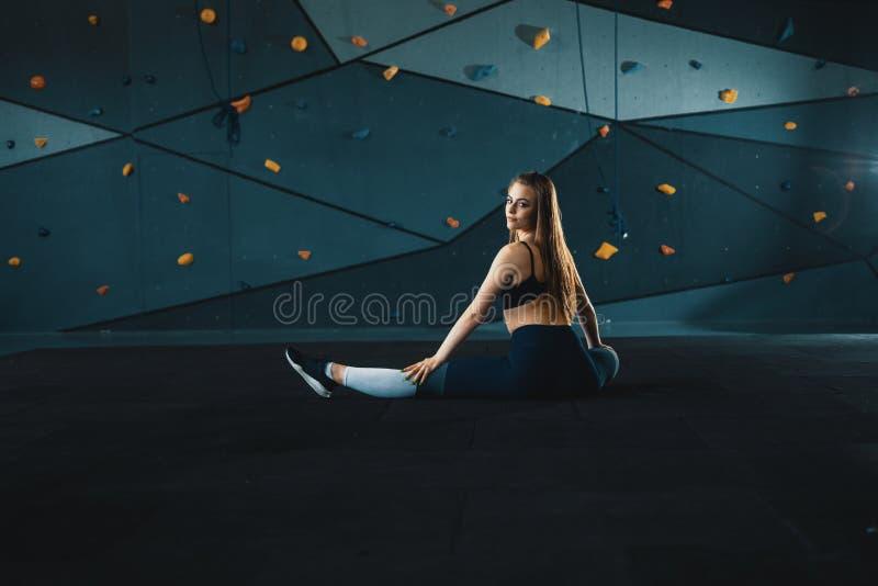 Esticando a menina da ginasta que faz a separa??o vertical, guita foto de stock royalty free