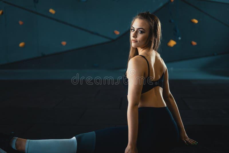 Esticando a menina da ginasta que faz a separa??o vertical, guita fotos de stock royalty free