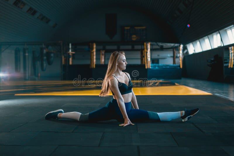 Esticando a menina da ginasta que faz a separa??o vertical, guita imagens de stock royalty free
