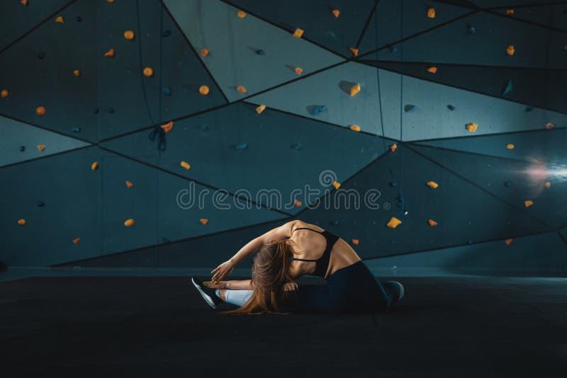 Esticando a menina da ginasta que faz a separa??o vertical, guita imagens de stock