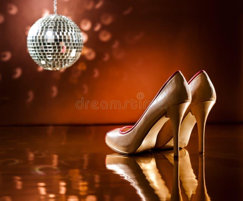 Estiletes marrons bonitos no salão de baile imagem de stock