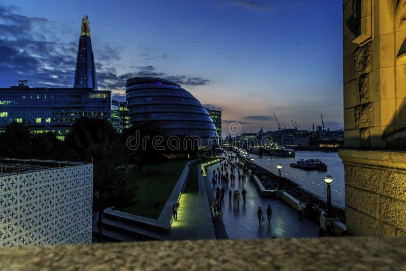 Estilhaço do arranha-céus e câmara municipal na noite, Londres imagem de stock